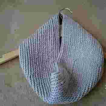 シンプルなゴム編みのスヌード。すっきりとしているので、きれいめコーデにもよく合います。マフラーよりもスタイリッシュに決めたいときにおすすめです。
