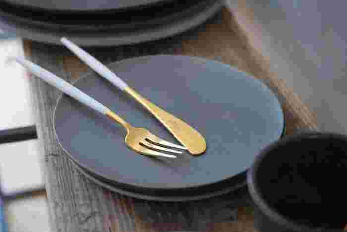ストーンウェアのブラックプレートは金色のカトラリーとの相性も抜群です。特別なカトラリーを際立たせたいときにも、黒い器は便利です。