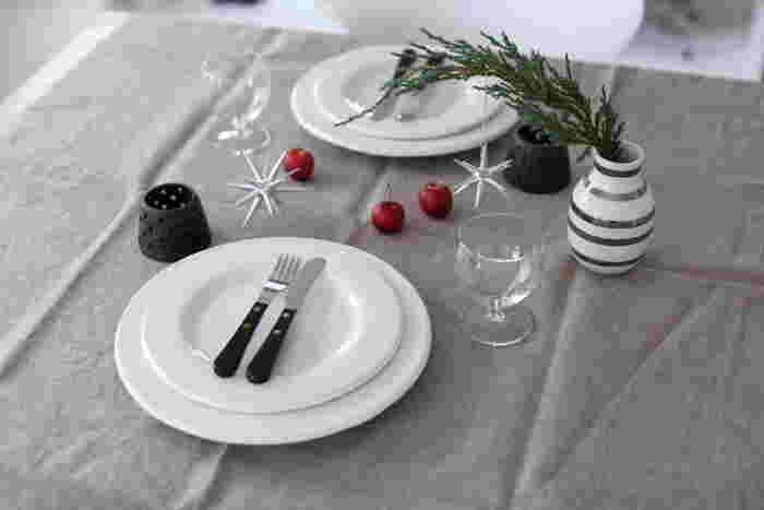コットンとリネンのニュアンス布をさらりとテーブルの上に掛けるだけで、特別な食卓に。パーティーの時はもちろん、ちょっぴり気分を変えたい時にもおすすめです。