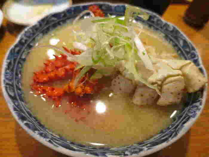 北海道といえばやっぱり海鮮!回転寿司店「根室 花まる」は観光客にも地元民にも大人気ですが、系列で「回らない花まる」があるのを知っていますか?「四季 花まる」は札幌中心部に3店舗。お寿司だけでなく一品料理も充実しています。冬には蟹や鮭のあら、つみれなど、旬の海鮮をたっぷり使った汁物が体を温めてくれますよ。