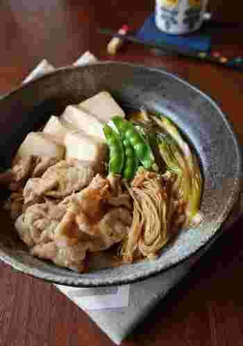 しゃぶしゃぶ用豚ロースを使ってヘルシーに。野菜もたっぷり使ってバランスよく食べることのできる一品です。 主な材料は豚ロース肉(しゃぶしゃぶ用)、豆腐、長ネギ、えのき、絹さや。 こちらの野菜は白菜などでもOK。調味料は酒、みりん、醤油、砂糖です。