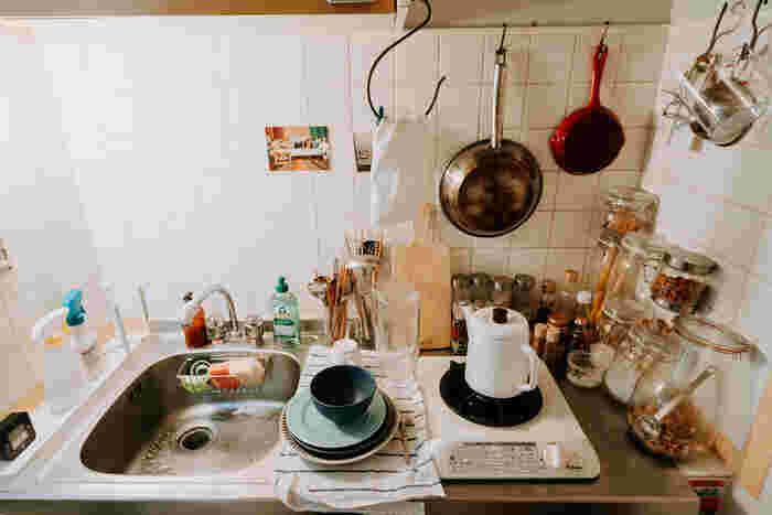 何かと物を出し入れする機会が多い台所、S字フックの活躍シーンです。意外と引っ掛ける場所がない?と思ったら、レンジフードを見落としてませんか?コンロ周りで使うアイテムを賢く収納できそう。