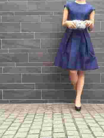 夜と昼の結婚式で少しだけマナーが異なるのが厄介なところですが、昼間の披露宴では、次のポイントだけ押さえておけば大丈夫!  ●胸元や肩が大きく出たオフショルダーや背中が開いたドレスなど露出の多いものは避ける  ●ノースリーブの場合は、ボレロやショールなどで肩を隠すようにする  ●ゴールドやシルバーなどの光物は避ける
