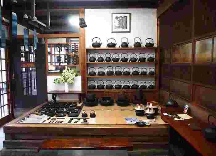 店内には釜定で人気の洋鍋やフライパンのほか、栓抜きなどの小物類も並んでいます。
