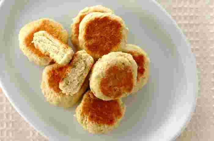 フワフワのホットケーキも捨てがたいですが、ホットケーキミックスにバナナを加えてフライパンで焼くことで食べ応えのあるスコーンが完成しちゃいます。具沢山のコンソメスープとの相性もよく、朝食におすすめ。