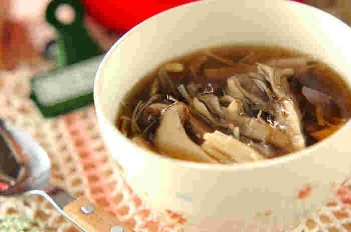 キノコ好きにはたまらない、エノキ、マイタケ、シメジ、エリンギと生姜のスープです。片栗粉のとろみが、温かい状態をキープしてくれるので、熱々を食べられます。