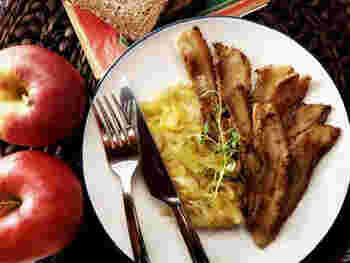 デンマークは養豚が盛んで、豚を食べることが多いとか。こちらは、厚切りベーコンとりんごをソテーしたエーブルフレスク。エーブルはりんご、フレスクは豚肉の意味です。しょっぱさと甘さが素敵なコンビネーションを見せてくれます。