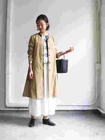 シンプルカジュアルな洋服を提案している「mizuiro ind(ミズイロインド)」のスプリングコートは、Aラインでふわっと広がるシルエットと、すっきり見えるノーカラーで、着る人の女性らしさを引き出してくれます。着痩せ効果も◎