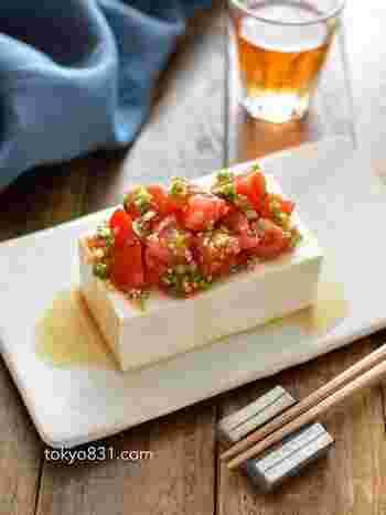 トマトとねぎをポン酢やごま油などで和えて冷ややっこにのせるだけ、さっぱり簡単レシピです。ごま油の風味が食欲をそそります。トマトの赤が鮮やかで見た目も綺麗ですね。暑さでさっぱりした味を求めている日には、ぜひお試しください。