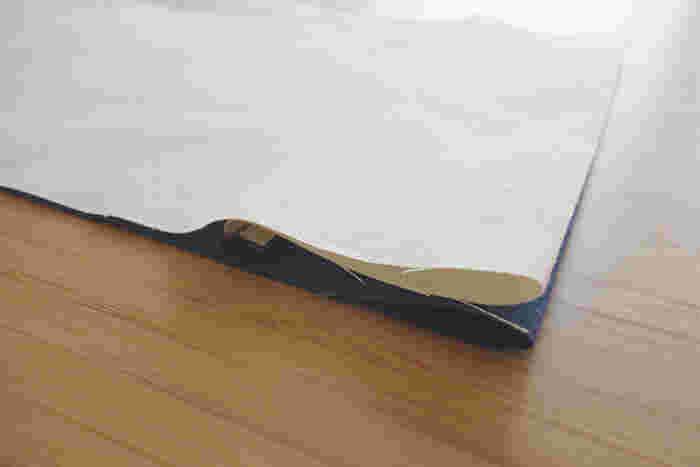 右端から7センチのところに付けた目印で、内側に生地を折り込みます。