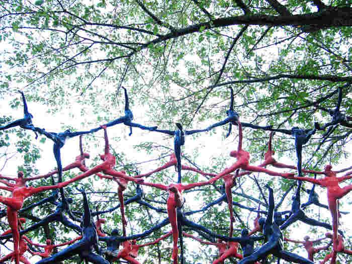 緑豊かな庭園に、120点ものユニークな彫刻作品を常設展示する「彫刻の森美術館」。広大な敷地は体感型のスペースもあり、アート体験しながら、アスレチックをしたり、森を探索したり、多角的な楽しみ方ができるのが魅力。自然の中で見る彫刻作品は、毎回違った表情を見せてくれるので、何度訪れても飽きることがありません。また、周りには、雄大な箱根の山々が囲み、リラックスした空気が流れているのを感じます。