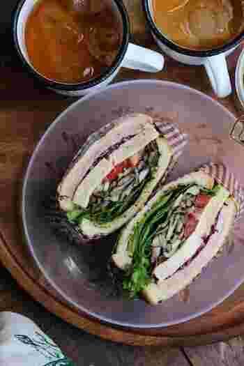 舞茸・しめじ・マッシュルームの3種類のきのこを使ったサンドイッチ。きのこは、水溶性食物繊維が豊富で、腸活や便秘解消に役立つ嬉しい食材。ラップサンドの中に、野菜もお肉も入っている、栄養満点なレシピです。