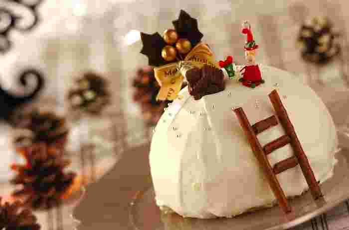 豪華なイメージのクリスマスですが、いっそ真っ白なケーキもホワイトクリスマスのようでいいかも知れませんね。市販のスポンジケーキを使えば、手間がかかりそうなこんなドームケーキも簡単にできちゃいます♪