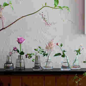 サイズやカラーもインテリアや活けたい花に合わせて選べます。カラーは左側がスモーク、右側がクリアです。