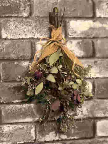 ドライフラワーをたくさん使って、くすんだ色合いを楽しむのも素敵。アンティークな雰囲気のクリスマスデコレーションになりますよ。