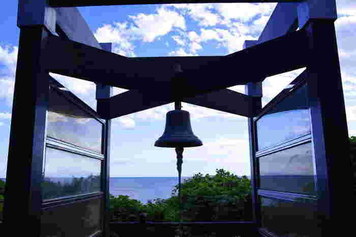 江ノ島の弁財天信仰の発祥の地「岩屋」の真上にある「龍恋の鐘」は、恋人たちの聖地。五つの頭を持つ恐ろしい龍が美しい弁財天(天女)に恋をし、天女と結ばれるために心を入れ替えて人々のために尽くしたという伝説にちなんで造られました。カップルで鐘を鳴らせば、永遠の愛が約束されるそう。