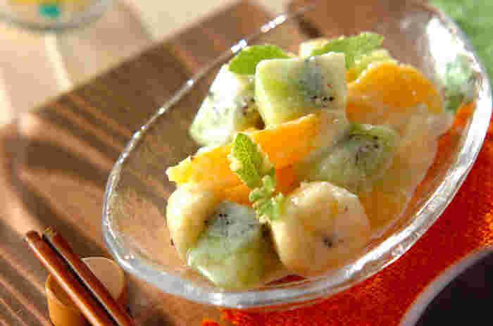 カラフルなフルーツをヨーグルトドレッシングで和えたベーシックなフルーツサラダです。ホワイトキュラソーで風味をつけて、大人っぽいイメージのサラダにしています。ミントの葉っぱをトップに飾っておめかし完了です。