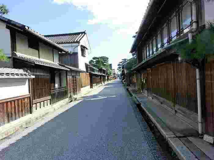 国の重要伝統的建造物群保存地区に指定されている近江八幡市旧市街は、碁盤目のように整然としています。路地の両横には、壮麗な意匠が施された町屋建物、近江商人の屋敷が軒を連ねています。