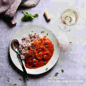 ミキサーと電子レンジを駆使して作るゴーヤとエビのトマト風味のココナッツカレー。夏にぴったりのカレーは栄養価も高く彩りも美しい!