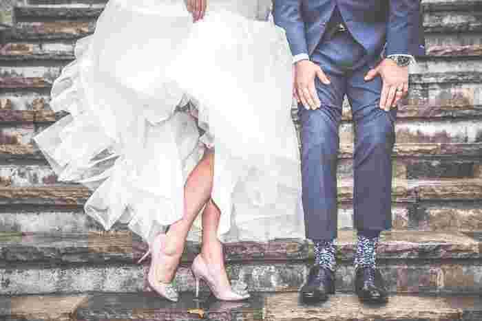 ドレスをめくって、素敵な靴をアピール。あるいはダンスのステップを踏んでいるようにも見える動きのある1枚。下半身だけのショットもユニークなので残しておきたいですね!