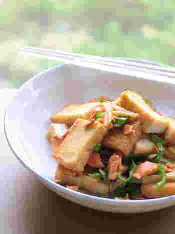 厚揚げに鮭と甘唐辛子を炒めています。ピーマンなどでも代用できますので、おうちにある材料で手早く作れるおかずです。どんぶりにしたり、おつまみにしたり幅広いバリエーションが楽しめますよ。