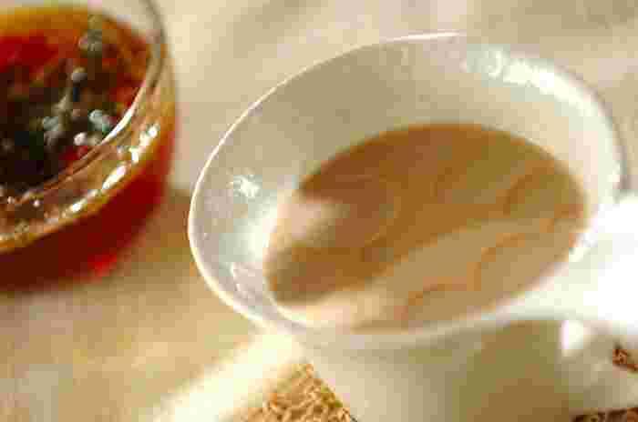 2人分 茶葉(紅茶) 4g 水 160ml 牛乳 160ml ココナッツオイル 小さじ1 砂糖 適量  基本の入れ方でロイヤルミルクティーを作ったら、最後にココナッツオイルを垂らしましょう。 美容と健康にいいココナッツオイルと濃厚なロイヤルミルクティーがマッチして、くせになる美味しさ。