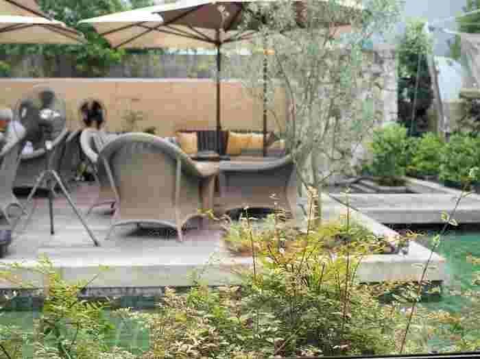 こちらがプールサイドのソファ席。そよ風を感じてくつろぎながらお食事を楽しめそうですね。