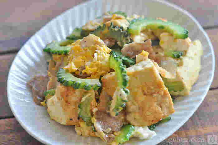 暑い季節にぴったりな沖縄料理のゴーヤチャンプルー。木綿豆腐や豚肉が入ってボリュームも栄養も満点です。炒め物なのでササっと作れるのも嬉しいところ。