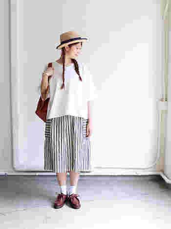 リネン素材で作られたストライプのスカートは、どんなアイテムと合わせてもナチュラルに仕上がる一枚です。白トップスやストローハットと合わせて、きちんと感をアピールしつつ爽やかナチュラルな着こなしに。