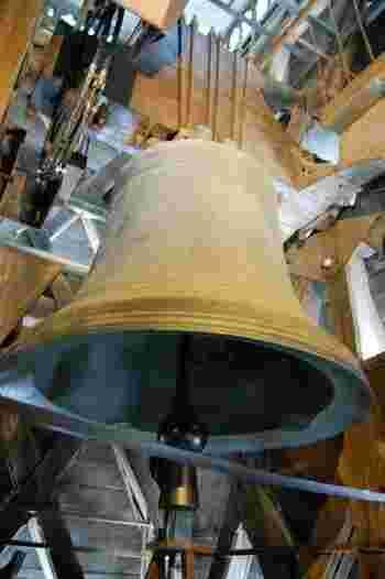 ディズニー映画にもなったノートルダムの鐘も見過ごせません。大聖堂には鐘が10ヵ所に配置されていてそれぞれ名前が付けられているそうです。最も大きい「エマニュエル」は、重さが13トン以上!1685年に造られたという古いものですが、今でもクリスマスや復活祭の際に美しい音をパリの街に響かせています。