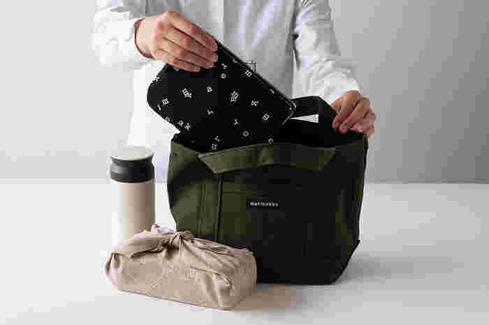 一番大きいサイズはバッグインバッグにも使える大きさ。手帳やカード類をまとめて入れても良さそうです。