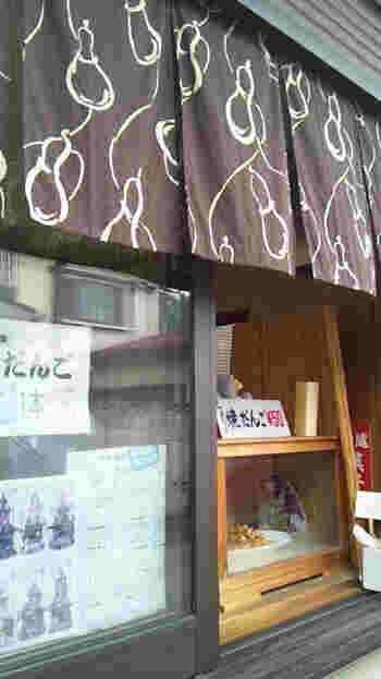 菓子屋横丁の寺町通りにある「都屋」。1本50円のしょうゆ焼きだんごが人気のお店です。