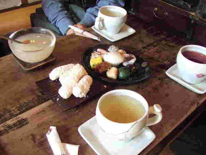 お茶と一緒にぜひ味わいたいのが、韓国伝統菓子です。伝統茶院には、もち米を揚げて胡麻をまぶした「油菓(ユグァ)」と、色とりどりの「お餅の盛り合わせ(モドゥントッ)」があります。どちらもやさしい甘さと柔らかい食感が魅力です。日本でいう和菓子のようなイメージでしょうか。伝統茶と合わせて、昔ながらの韓国の味を楽しんでみてくださいね。