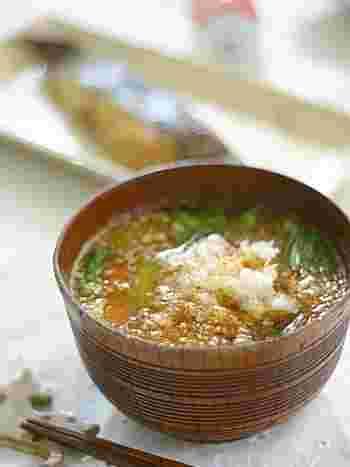 いつものお味噌汁に大根おろしを入れただけ!大根の甘さがお味噌の味を引き立てます。寒〜い日の汁物にオススメです。