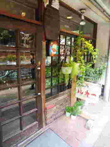 東大の正門の向かい側にある「喫茶ルオー」。昭和27年に赤門前に開業し、昭和54年に現在の地に移転しました。