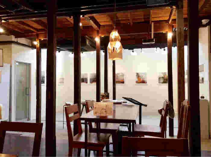 元々は築60年の木造アパートで、2004年からは東京藝術大学の学生によって、アトリエ兼シェアハウスとして使われていた建物。店内も、その当時の木材を活かした温もりのある雰囲気です。カフェの隣にはギャラリーが併設されていて、おしゃれなアートを鑑賞しながらお茶を楽しむこともできます。