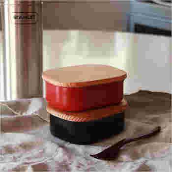 一見ステンレスには見えないこちらのお弁当箱。本体はステンレス、フタは古代杉が使われていて、頑丈さがありつつ温かみのあるデザインになっています。古代杉の効果で美味しさが長持ちします。