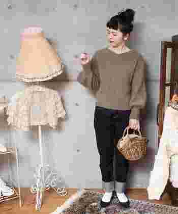 プレーンでどんなカラーやアイテムとも合わせやすい秋色と言えば、ブラウンも定番。デイリー使いしているデニムやスカートも、秋色ニットと合わせるだけで季節感たっぷりなコーディネートになりますね。