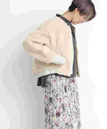 人気のもこもこアウターも今年はオーバーサイズ。肩のラインに落ち感があるこちらは、横からのシルエットも可愛らしいですね。同系色のスカートと合わせて、甘めなコーデに、