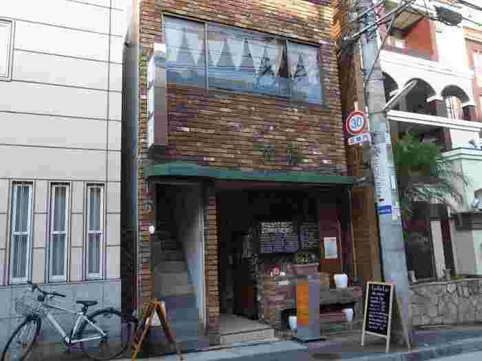 三宮駅からほど近いビルの2階にある<tea room marble>。ブラックボードの看板を目印に、横の細い階段を上がっていきます。