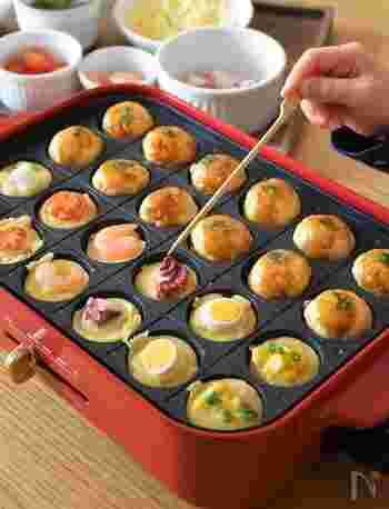 タコのほかに、海老や卵、ミニトマトやお餅など、何が入っているのか、楽しくなるたこ焼きです。卵は、うずらの卵を使うとまるまるひとつがきれいに入ります。お餅は、小さめにカットして火の通りをよくするのが、美味しく作るポイントです。
