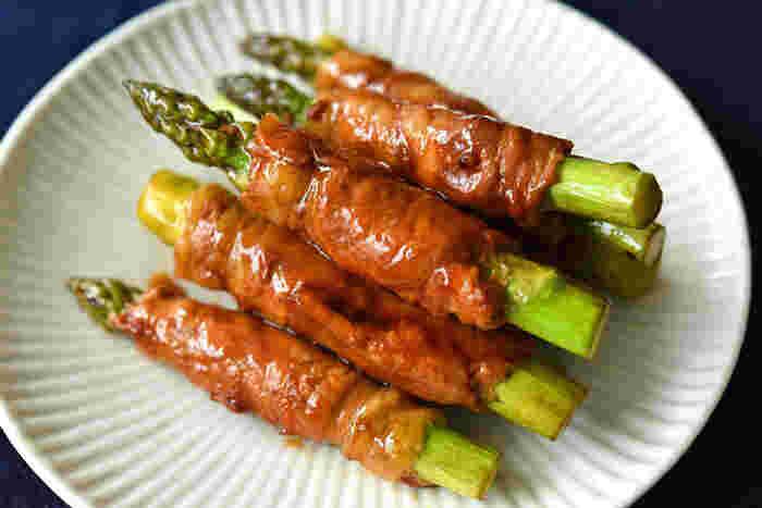 お手頃なしゃぶしゃぶ肉を使った一品。食感の良いアスパラを、柔らかなお肉で巻くだけという簡単なレシピです。失敗しにくいので初心者さんのはじめてのお弁当作りにもぴったり!お肉の代わりに、おいしさと栄養価の面でも相性の良いハムやベーコンを使ってもOK。ハムのコクがアスパラガス独特の風味をひきたてますし、ハムに含まれるたんぱく質は、アスパラガスに含まれる鉄の吸収も助けてくれます。