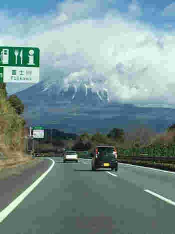 東名高速道路は、世田谷の東京ICから神奈川、静岡を経て、愛知県小牧ICへと至る高速道路。東名は、首都圏と中部地方や関西地方を結ぶ大動脈です。  三保の松原や日本平、富士サファリパークや名古屋城等など、東名沿線には観光スポットや名所が多く、箱根や伊豆半島へのドライブにも欠かせない高速道路です。【東名自動車道(上り)富士川SA付近。】