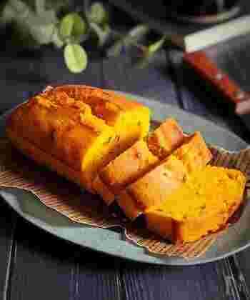 かぼちゃを加えることで、しっとりとした食感を楽しめるパウンドケーキが完成♪ホットケーキミックスで作るため、粉をふるう必要がないのが嬉しいポイントです。 オーブンで焼き始めてから10分くらいで表面に切り目を入れると、見た目もキレイなパウンドケーキができあがります。