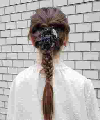 クリップの付いたタイプのブローチやコサージュは、画像のように髪にとめてヘアアレンジをすることもできます。ちょっとしたお呼ばれの席にもぴったりなアイディアですね。