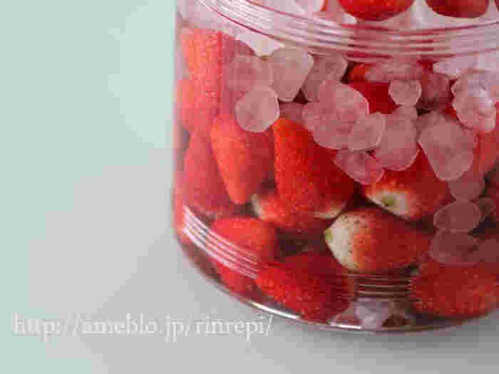 いちご、ホワイトリカー、氷砂糖、3つの材料で作るいちごの果実酒レシピ。しっかりふたをして冷暗所に置き、ときおり砂糖を溶かすように瓶を揺らして熟成させたら果実を取り除きます。漬けて日々変化する様子を楽しみながら、とっておきの1杯を楽しみましょう。