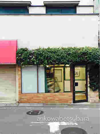 看板がないうえ緑に覆われ、うっかり通り過ぎてしまいそうな場所にある三鷹台の老舗ケーキ店ローランは、創業50年余りになるお店で、親子3世代で通う方もいる地元に愛されるお店です。