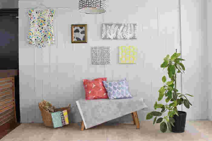 植物をデフォルメした、北欧風のテキスタイル。色もシックで、どんなお部屋、どんなファッションにもよくなじみます。自然の優しい風が感じられそうな、ナチュラルな雰囲気の布地です。