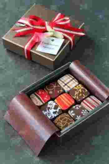 生チョコケースを使って、ボンボンショコラの詰め合わせにするのも素敵。大切な人への大切なプレゼントに似合いそうですね。まるでお店のチョコのよう。