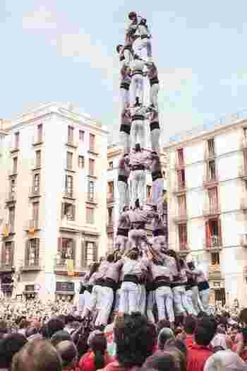 この写真はカタルーニャ地方の伝統「人間の塔」。 「サン・ジョルディの日」や「メルセ祭り」の際に行われる名物で、バランス・勇気・知恵・力の4つを全て揃えて完成させます。こうした行事に合わせて旅行計画を立ててみるのもいいですね。
